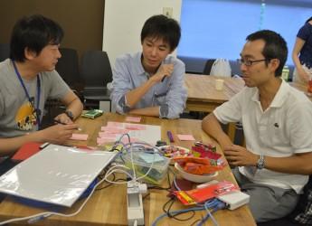 エンジニアや学生、公務員らが参加し、「揺れ」に着目したサービスづくりについて活発に意見交換が行われたアイデアソン