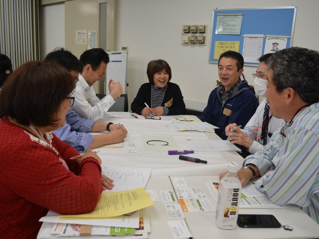 飲食店経営者やNPO、行政など多様なメンバーが1つのテーブルで食を中心にこどもと地域をつなぐ場作りについて話し合った。