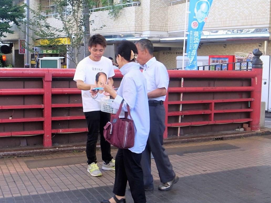 学生による横浜市長選の啓発キャンペーン。商店街などで投票を呼びかけている=横浜市南区・弘明寺商店街