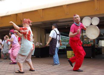 ダンスアーティストの新井英夫さん(右端)のワークショップで自由な動きを楽しむカプカプの利用者